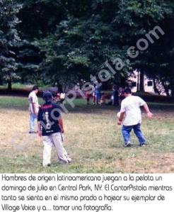Latinoamericanos jugando a la pelota en un prado de Central Park julio 2001